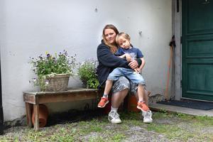 Emy Granath Soon och sonen Charlies familj bor en och en halv mil från skola och förskola och kortare dagar på förskolan skulle innebära avsevärt kortare luckor mellan bilturerna.