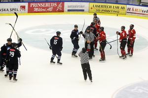 Riktigt irriterad efter Karlskogas 4–4-mål, främst irritation från Tor Immo. Men målskytten Filip Ahl längst till vänster brydde si inte.