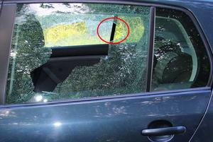 Bild tagen vid andra sidan av bilen. Vid den röda markeringen tros skottet ha passerat ut.