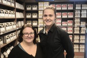 Anna-Sara Stenvall och Lina Lind jobbar på tobaksbutiken Dosan.