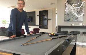 På femte våningen i Marcus Ericssons hus finns gemensamhetsutrymmen med gym, biljardbord, shuffleboard, pool, grillar, soffor och mycket annat.