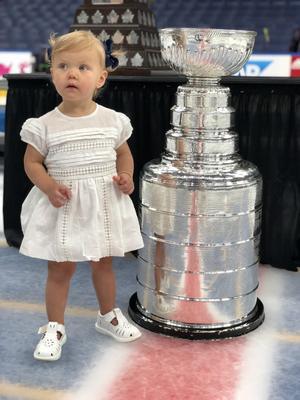 Lilla Elise och den stora bucklan. Men snart har Calle och Josefins dotter växt om Stanley Cup-vidundret, som i sommar ska hälsa på familjen i Örebro. Bild: Privat.