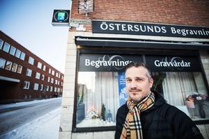 Begravningsentreprenör Mårten Lagergren säger att avlidna riskerar att behöva läggas på samma bår om inget görs åt platsbristen på bårhusen i Östersund.