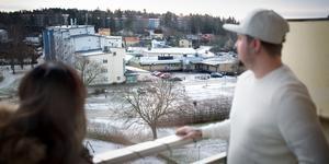 De boende i Brunnsäng har ledsnat på buslivet under helger och nätter. Nu har man startat en grannsamverkansgrupp som under mellandagarna samarbetade med polisen.