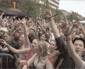 2003. Så här såg det ut framför Stationsgatans scen på Peace and Love 2003.  Foto: Jan Dalevall