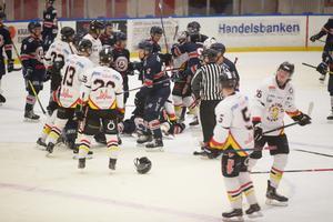 Efter slutsignalen bröt ett slagsmål ut där fem spelare fick matchstraff.