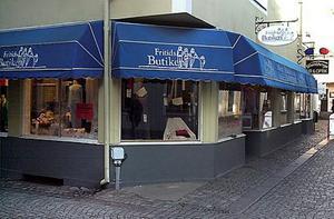 Minns ni? Fritidsbutiken låg några år i Bildstens tidigare lokaler på Norra Storgatan. Bakom skymtar Wahlbergs Ur & Optik.