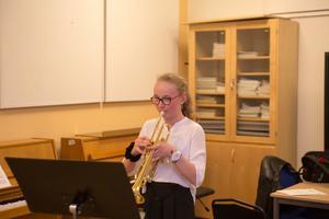 Hanna övar på sin trumpet tre timmar i veckan.