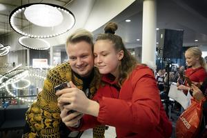 Alice Sjödin tog en selfie tillsammans med Freddie Liljegren.