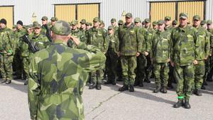 Försvarsmakten i hopplöst väntläget; här får Hemvärnet i uppställning på Dalregementet inför Aurora-17 illustrera läget.