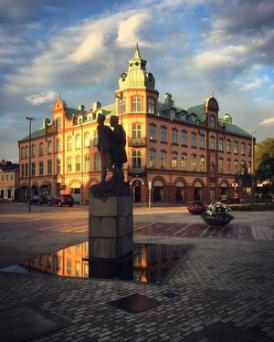 Mer Ljungby än så här blir det inte. Astrad och Götrad-statyn i förgrunden och Tellushuset i bakgrunden.