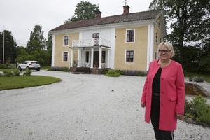 Stina Stenberg och hennes man har lagt ned ett enormt arbete på Klenshyttans herrgård. Men nu vill de att några yngre tar över.