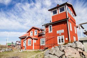 De sista lotsarna flyttade i land från Rönnskär 1972 och i den gamla lotsstugan har kommunen idag ett vandrarhem.