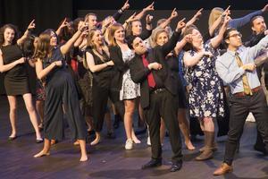 Lärarnas dansnummer drog ner mycket applåder från en fullsatt kongresshall.