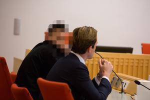 Den 22-årige Borlängebon, med försvarare Carl-Oskar Morgården, under häktningsförhandlingen i Falu tingsrätt den 28 januari.