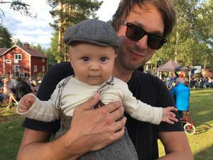 Malte och pappa Anders Jinnelöv från Stockholm besökte visfestivalen för första gången.