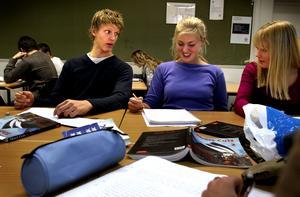 Karolinska skolan, tisdag 21 oktober 2003: Engelsklektion i  skolan. Trots all tid som Calle lägger ner på hockeyn har han bra betyg på natur där han går i andra ring. Klasskompisarna heter Emelie Berghäll och Camilla Stenberg.
