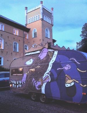 Råttkungen Von Cheesus, här utanför Börstorp slott i Mariestad. Bild: Delicious Brains