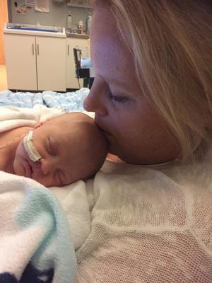 Ebba föddes sex veckor för tidigt, och fick spendera sina första veckor på neonatalavdelningen. FOTO: PRIVAT