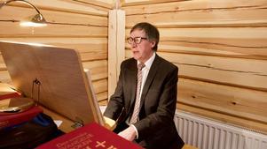 Organist Bengt Isaksson spelade på orgeln som kommer från Vemhåns kapell.