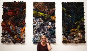 Yllefiltar, vadmal och försvarets fotlappar av ull är några av de textila material som Kerstin Lindström jobbar med.
