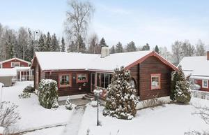 Charmiga timmerhus, beläget på en lugn gata i Ornäs. Enplanshuset har renoverats löpande. Foto: Patrik Persson.