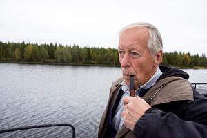 Gunnar Söderström med pipan vilande i mungipan kör båten sakta genom grunda passager.