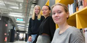 Caroline Svensson (närmast), Linn Markstedt Johansson och Ebba Wolfbrandt på Wijkmanska gymnasiets teknikprogram.