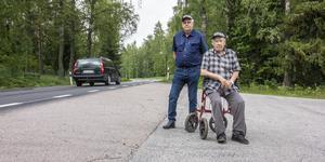 Leif Jonsson och Bengt Södersten är verksamma i Bernshammar grannsamverkan. De vill att man sänker hastigheten på vägen genom byn för barnens skull.