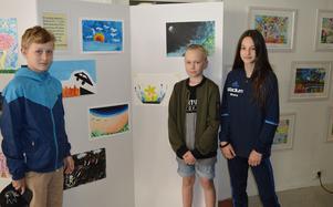 Vilgot Ericsson, Isac Folmerz och Rinora Rexha på Tjärnaskolan ställer ut sina teckningar på samutställningen med kinesiska barn.