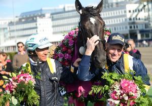 Ulf Eriksson möter kusinen Örjan Kihlström i Elitloppet då han sitter upp bakom Stefan Melanders (till höger i bild) stjärna Milligan´s School.
