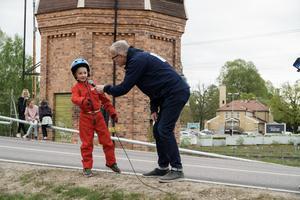 Ludvika 100 år-generalen Håkan Rosén intervjuar racerföraren Emil Sandberg efter hans åk i Broracet den 18 maj.