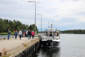 Passagerare stiger ombord på Hulda efter lunchen i Mellanfjärden.