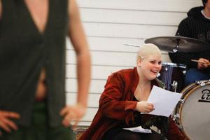 Madeleine Sundberg spelar Puck, den enda karaktären som fått behålla sina repliker från pjäsens ursprungliga översättning.
