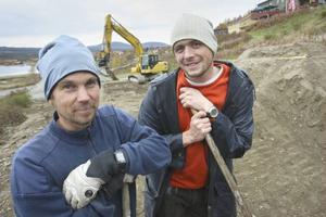 Jon Wagenius fick hjälp på måndagen av turistinformatören Erik Westberg med gräva färdigt dirtbanan.