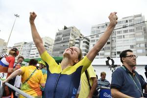Emma Johansson jublar efter sitt silver i damernas linjelopp under OS i Rio.