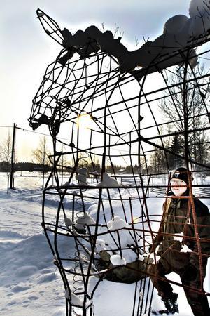 Vid entrén står en tre meter hög älg i armeringsjärn som elever på Wij trädgårdar har byggt.