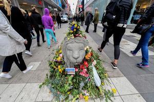 Ett betonglejon vaktar Drottninggatan i blomsterskrud efter terrorattentatet i Stockholm för ett år sedan. Livet återvände till det normala, men DT:s Gabriel Ehrling varnar för en alltmer auktoritär politisk retorik. Foto: Fredrik Sandberg/TT