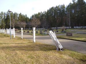 Staketet vid skogskyrkogården i Ramsjö förfaller. Foto: Sven Stockzell.