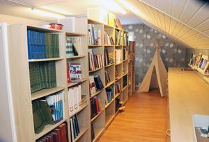 Barnen har ett indiantält uppe i det gamla skolbiblioteket där en hel del skolböcker fortfarande finns kvar på hyllorna.