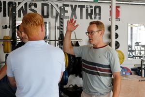 Niklas Eriksson i samtal med assisterande tränaren Jörgen Jönsson.
