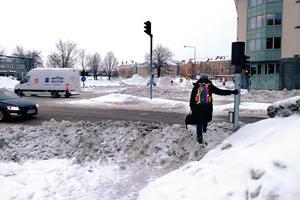 Snövallarna blir höga vid trottoaren.