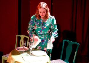 Pjäsens huvudperson har lärt sig att det kan bli en lugn kväll om maten står på bordet när mannen kommer hem. Hon anpassar sig och skyndar sig att duka.
