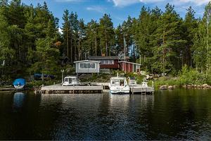 Ett eget sjöläge med tillhörande brygga med plats för flera båtar i Runn. Mysigt fritidshus med vedbod och gäststuga.Foto: Jona Granath