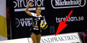 Degerfors proffsspelare Amanda Sifferlen servar precis framför de omtalade rekalmskyltarna.