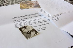 Det här fotot hade Annicas mamma Vera alltid med sig i plånboken. Det togs samma dag som Vera tvingades lämna ifrån sig Annica till ett barnhem i Norrköping.