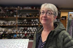 Barbro Persson bor i Hammarstrand, och har varit en stamkund sedan 1986. – Jag skulle aldrig köpa gardiner i Sundsvall, säger hon.
