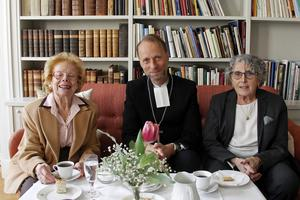 Kate Wacz, biskop Mikael Mogren och Zsuzsanna Reisch  samlar sig inför utställningen.