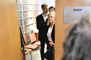Cecilia Versteegh, styrelseledamot i Apotekstjänst, lämnar mötet med politiker i varuförsörjningsnämnden angående bristen på sjukvårdsmaterial i Region Uppsala. Foto: Karin Wesslén / TT