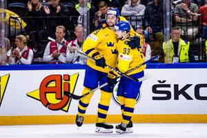 Filip Forsberg, till vänster, kramar om klubbkamraten Viktor Arvidsson efter hans 6–0-mål under semifinalen mot USA. Bild: Ludvig Thunman/Bildbyrån